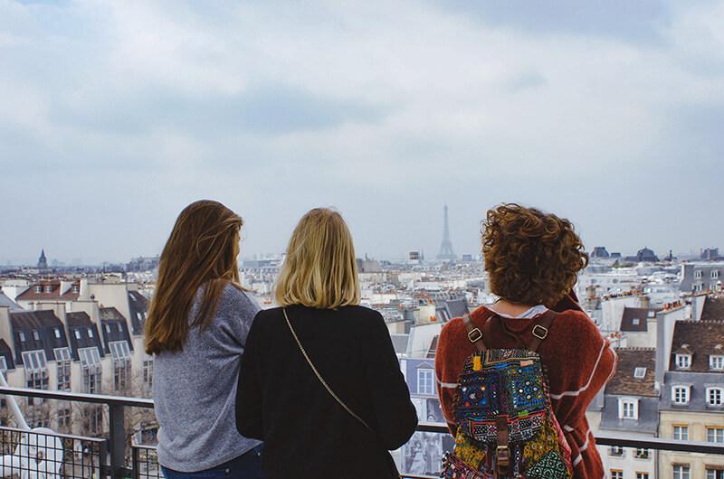 Troje nastolatków na tarasie