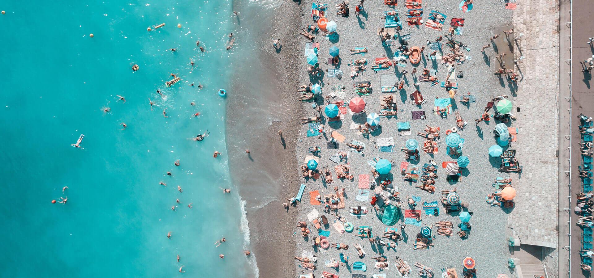 Tłum plażowiczów na plaży